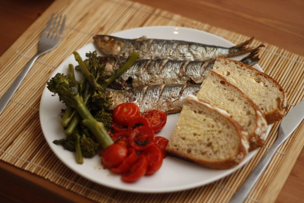Sardines, tomatoes and bread
